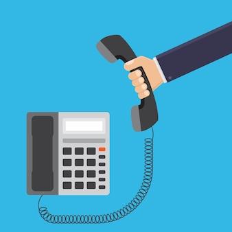 Geschäftsmannhand, die flache illustration des telefonbüros hält