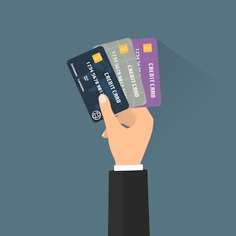 Geschäftsmannhand mit mehrfachen kreditkarten für das auszahlen