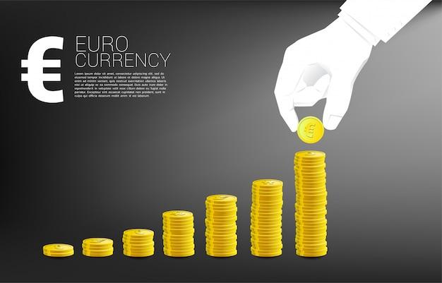 Geschäftsmannhandstapelmünzen-eurowährung und guter geschäftsdiagrammhintergrund.