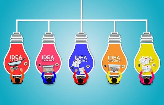 Geschäftsmannhilfe, zum der kreativen idee mit glühlampe gedanklich zu lösen