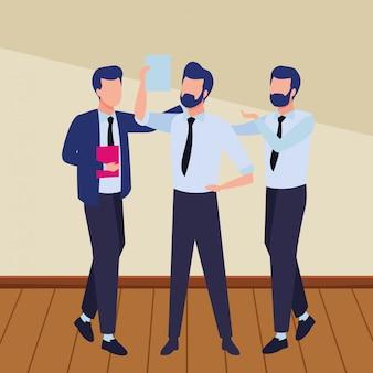Geschäftsmitarbeiter mit büromaterial