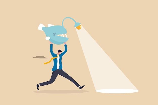 Geschäftsrichtung, taschenlampe, um gelegenheiten zu sehen, scheinwerfer auf eine erfolgreiche zukunft, führung und fähigkeit, probleme zu lösen, intelligenter geschäftsmann trägt anglerfische als taschenlampe, um den weg zu weisen.