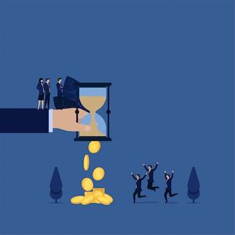 Geschäftssandzeitumdrehung innen zur münzenmetapher der zeit ist geld.