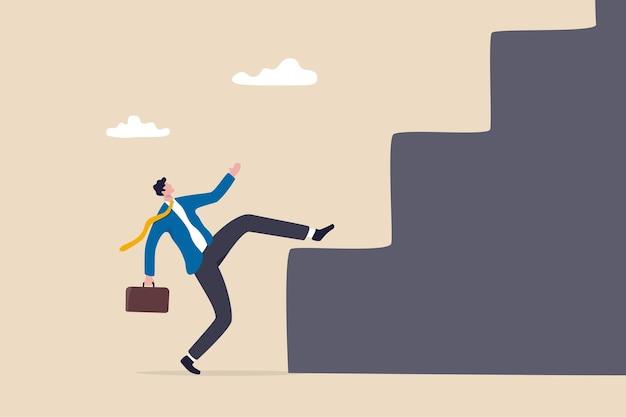Geschäftsschwierigkeiten und herausforderungen, die zu überwinden sind, um ein erfolgsziel zu erreichen, einen großen schritt für die karriere oder ein widrigkeitenkonzept, ein geschäftsmann, der sich mit voller anstrengung bemüht, eine große stufenleiter oder treppe hinaufzuklettern.