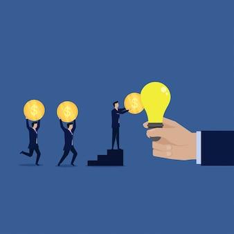 Geschäftsteam geben der ideenbirne münze.