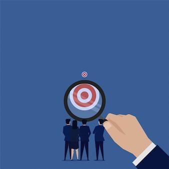 Geschäftsteam sehen ziel hinter klarem schuss vergrößern.