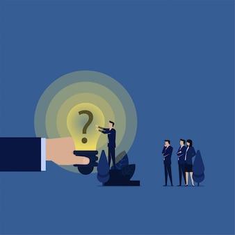 Geschäftsteam setzte fragezeichen auf ideenbirnenmetapher der macht des fragens.