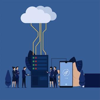 Geschäftsteamuhrgeschäftsmannarbeit mit dem rechenzentrumhandgrifftelefon angeschlossen an rechenzentrum und wolke.