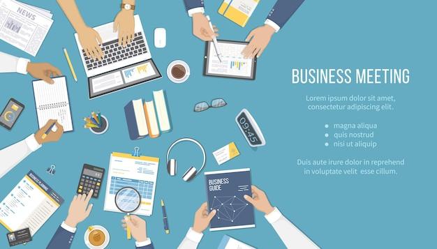 Geschäftstreffen und brainstorming office-teamwork-konzept mit menschen am tisch analyse