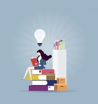 Geschäftsfrau, die ein Buch liest, um neue Idee zu finden - Bildungskonzept