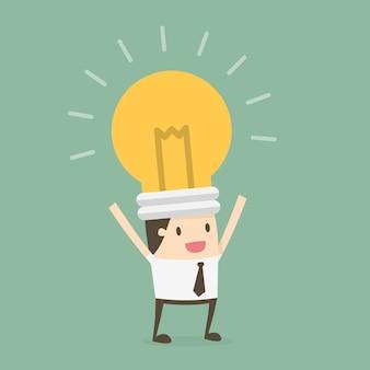 Geschäftsmann mit einer Glühbirne im Kopf