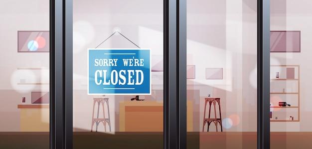 Geschlossenes schild vor dem schaufenster des elektronikgeschäfts coronavirus pandemie quarantäne konkurs hängen