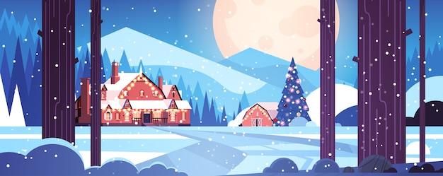 Geschmückte häuser im nachtwald frohe weihnachten frohes neues jahr feiertagsgrußkarte winter verschneite panoramalandschaft horizontale vektorillustration