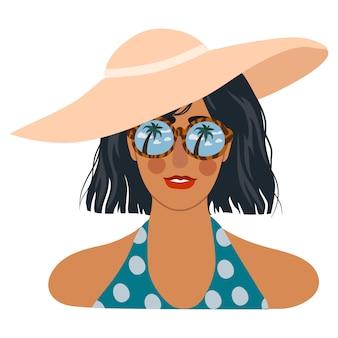 Gesicht des mädchens im hut und in der sonnenbrille mit reflexion des blauen himmels und der tropischen palmen in den gläsern.