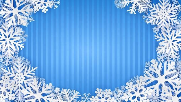 Gestreifter hintergrund in hellblauen farben mit weißen schneeflocken