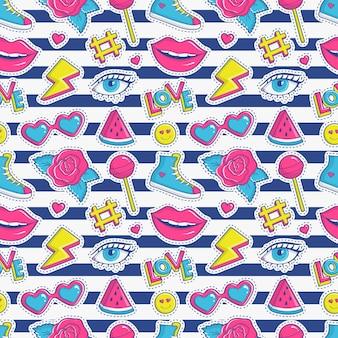 Gestreiftes nahtloses muster mit bunten patchabzeichen. modehintergrund in den farben weiß, rosa, blau und gelb.