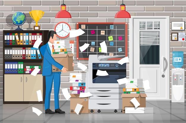 Gestresster geschäftsmann unter einem stapel von büropapieren und dokumenten. inneneinrichtung des bürogebäudes. office-dokumente haufen. routine, bürokratie, big data, papierkram, büro. vektorillustration im flachen stil