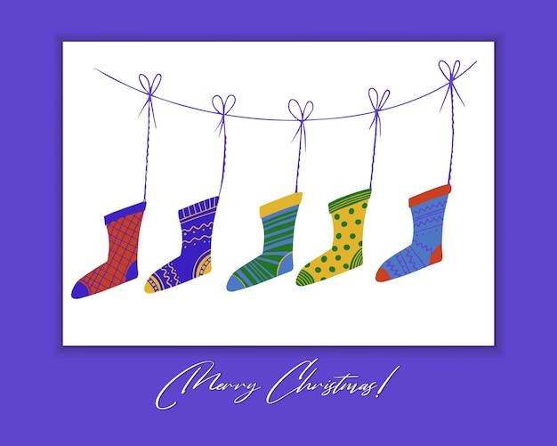 Gestrickte bunte socken hängen und warten auf weihnachtsgeschenke