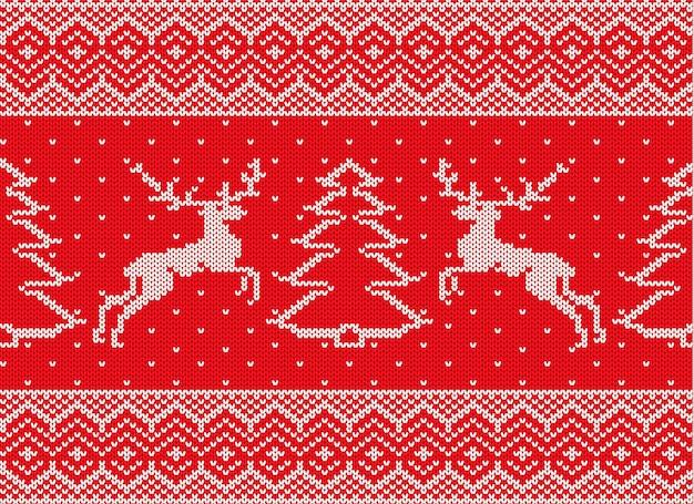Gestrickte weihnachtsverzierung mit rotwild und weihnachtsbaum strickpulloverbeschaffenheit des winters rote farb.