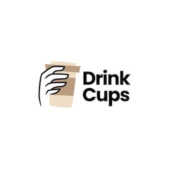 Getränkebecher in der hand, der kaffee-tee-logo verpackt