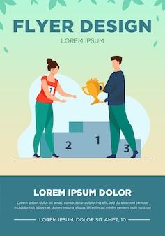 Gewinnerin erhält ersten preis. mann, der goldene tasse zur frau am flachen vektorabbildung des podiums gibt. gewinn-, führungs-, leistungskonzept für banner, website-design oder landing-webseite