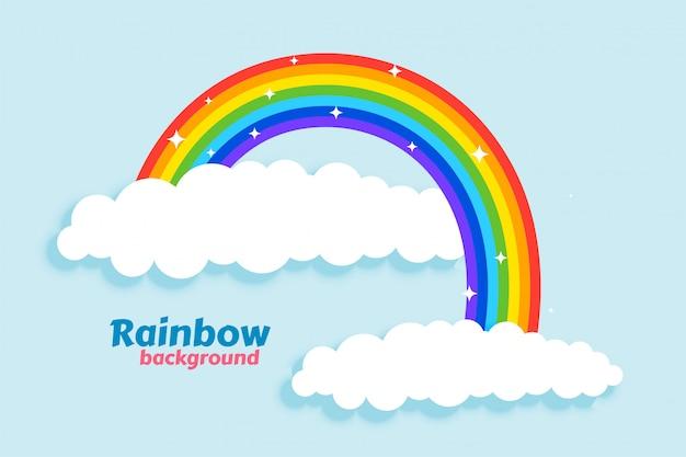 Gewölbter regenbogen mit wolkenhintergrund
