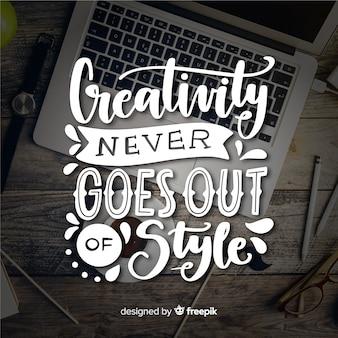 Gezeichnetes design des kreativitätsbeschriftungszitat-hintergrundes hand