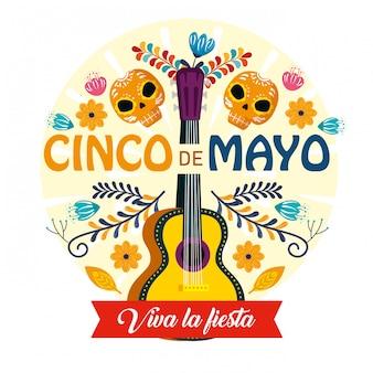 Gitarre mit schädeldekoration und blumen zum mexikanischen ereignis