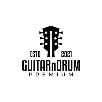 Gitarrenkopfplatte und ein drumstick im inneren, perfekt für ein geschäft mit musik und gitarren