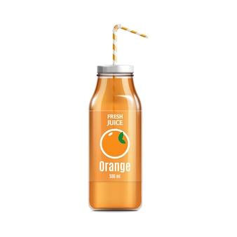 Glänzende glasorangensaftflasche mit etikett und realistischer illustration des strohhalms auf weißem hintergrund. vorlage für gesunde getränkeverpackungen.