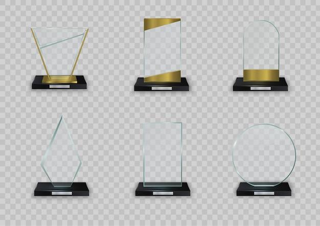 Glänzende trophäe des glases auf einem weißen hintergrund. glänzender transparenter preis für preisillustration. leere trophäe aus kristallglas. sammlung von illustrationen moderner preise. .
