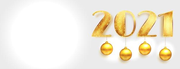 Glänzendes goldenes neues jahr 2021 mit hängenden kugeln auf weißem banner