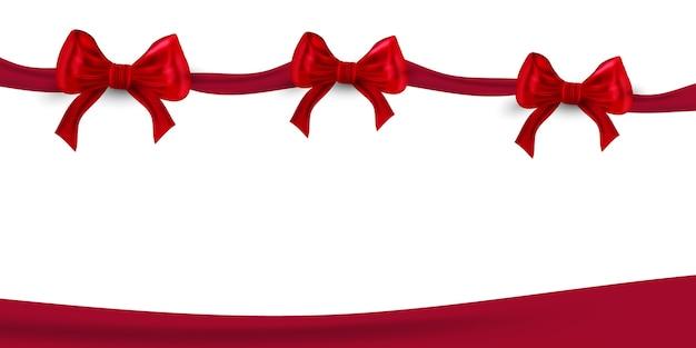 Glänzendes rotes satinband auf weißem hintergrund