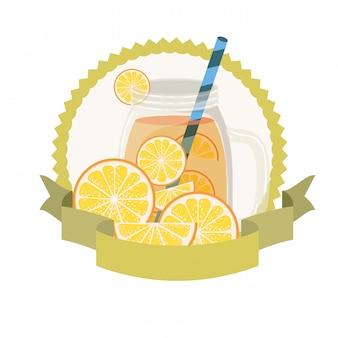 Glas mit orangen- und strohgetränk