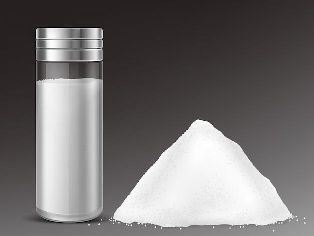 Glassalzstreuer und haufen salz