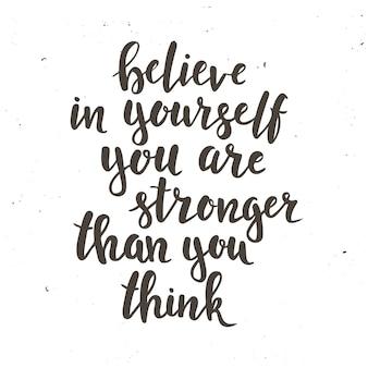 Glaube an dich selbst, du bist stärker als du denkst. hand gezeichnetes typografieplakat. t-shirt hand beschriftet kalligraphisches design. inspirierende vektortypografie