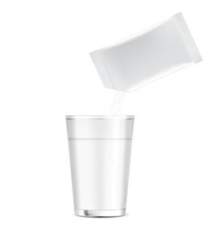 Glossy stick sachet mockup und pulver in eine tasse wasser gießen