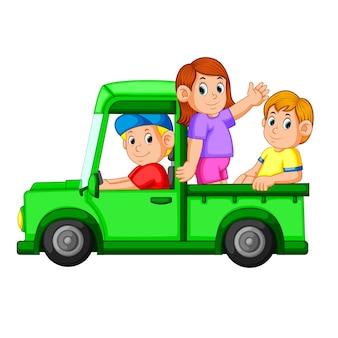 Glückliche Familie spielt im Auto und ihr Vater fährt das Auto für sie
