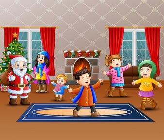 Glücklicher Weihnachtsmann mit einigen Kindern im Haus