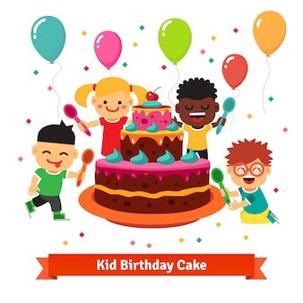 Glücklich lächelnde feiern kinder mit geburtstagstorte