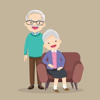 Glückliche ältere mannfraufamilie, die auf dem sofa sitzt und sich ausruht