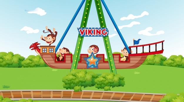 Glückliche affen, die auf wikingerschiff im park reiten