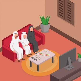 Glückliche arabische familie, die zusammen auf sofa isometrisch fernsieht