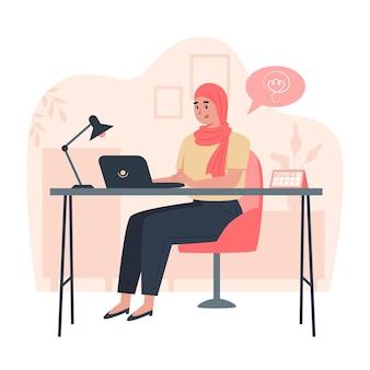 Glückliche arbeiterin, die am tisch im büro sitzt, produktivität während des tages