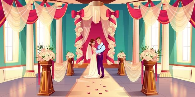 Glückliche braut und bräutigam, die, augen in einander schauend umarmt
