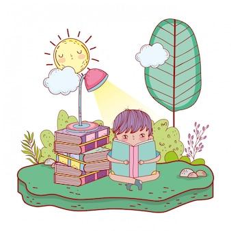 Glückliche bücher des kleinen jungen lesein lager