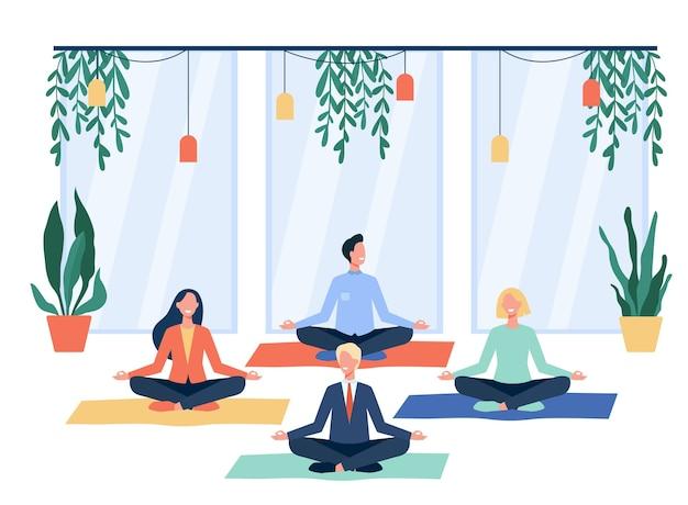 Glückliche büroangestellte, die yoga machen, im lotussitz auf matten sitzen und meditieren. mitarbeiter trainieren in der pause. für achtsamkeit, stressabbau, lifestyle-konzept