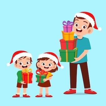 Glückliche eltern geben geschenk, um weihnachten zu scherzen