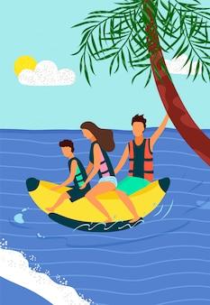 Glückliche familie, die auf aufblasbare banane auf meer reitet