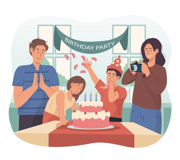 Glückliche familie, die den geburtstag des kleinen mädchens zu hause feiert